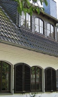 Holzfensterladen in Sonderform